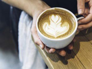 Barista zeigt Latte Art